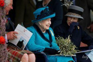 В яскравому вбранні та з пером на грудях: королева Єлизавета II відвідала спортивний захід