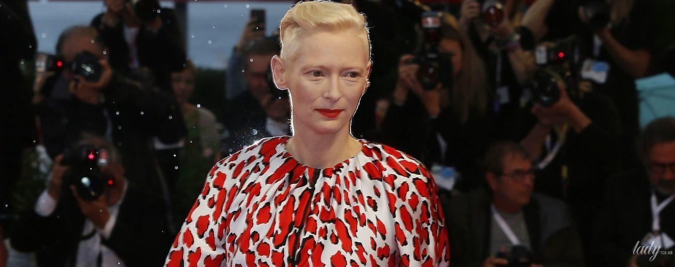 В пестром макси-платье и перчатках: Тильда Суинтон впечатлила образом на красной дорожке в Венеции