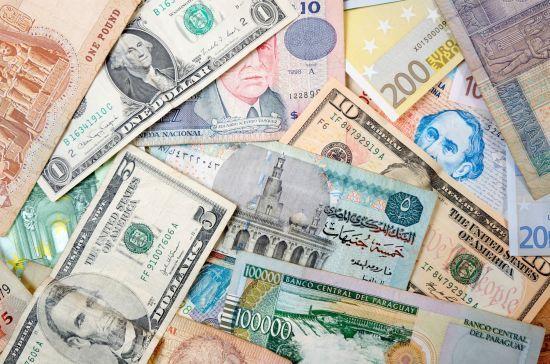 Перед вихідними долар і євро здорожчали в курсах валют Нацбанку. Інфографіка