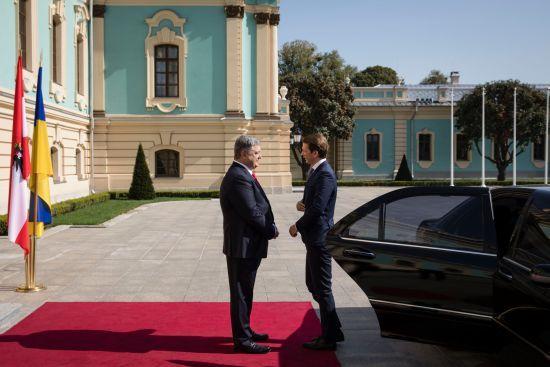 Порошенко зустрічається з канцлером Австрії віч-на-віч у Маріїнському палаці