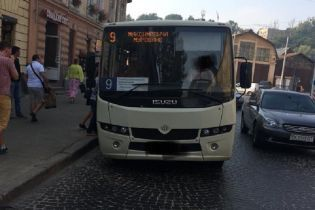 Во Львове водитель на забитой людьми маршрутке ехал по встречной полосе движения