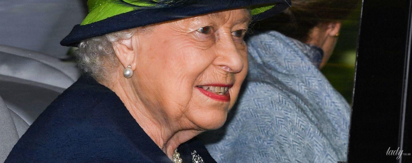 В темном пальто и яркой шляпе: королева Елизавета II съездила на службу