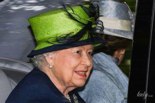 У темному пальті та яскравому капелюсі: королева Єлизавета II з'їздила на службу