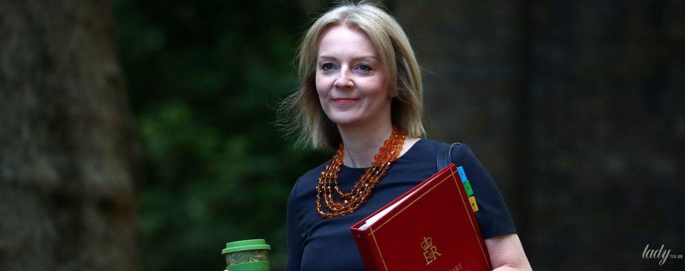 В красных туфлях и со стильной сумочкой: деловой образ главного секретаря казначейства Великобритании