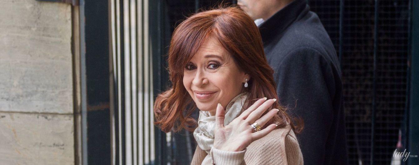 В кардигані і з сумкою Gucci: екс-президент Аргентини у стильному образі потрапила в об'єктиви папараці