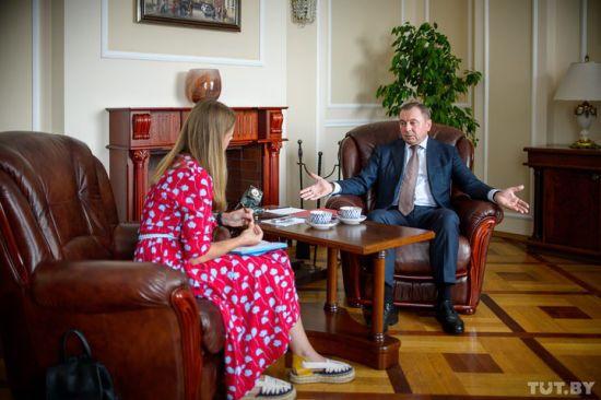 """У Мінську жорстко відповіли на мемуари Олланда про """"бездушну залу"""" та """"жахливі бутерброди"""""""