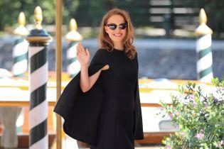 С улыбкой и в платье Dior: Натали Портман приехала на фестиваль в Венецию