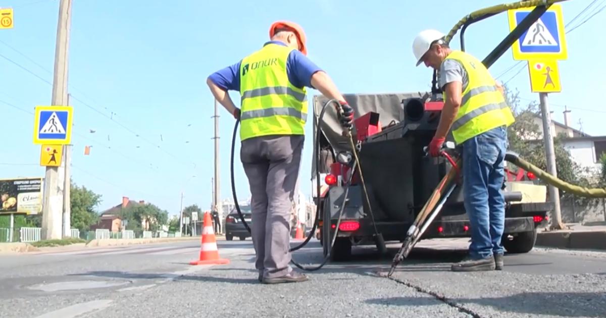 Дороги Львова ремонтують за новою технологією