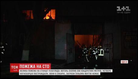Крупный пожар на СТО в Одессе: пострадали четверо пожарных