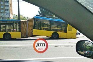У Києві просто під час руху розвалився тролейбус