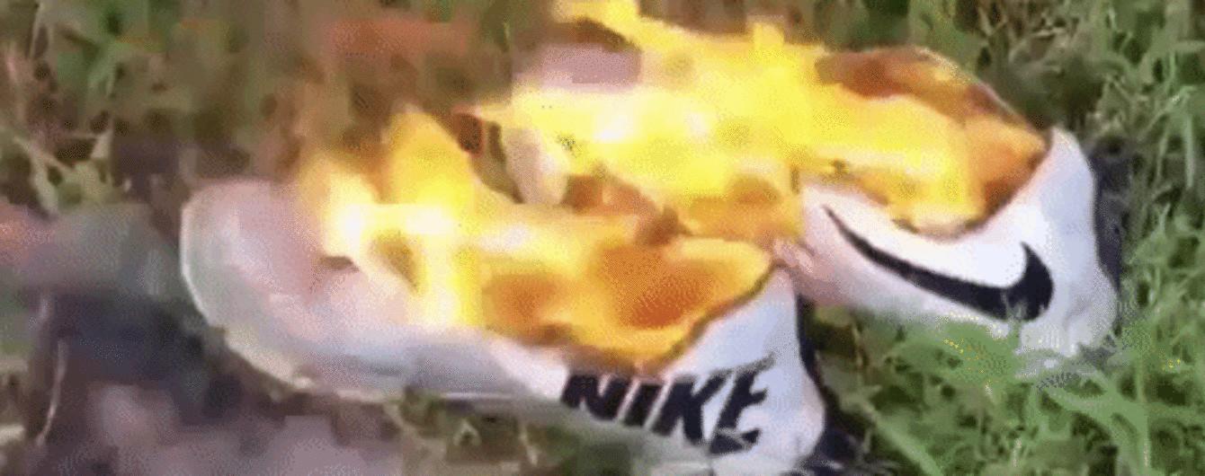 Шматують, смажать та палять просто на собі: американці масово нищать продукцію Nike на знак протесту