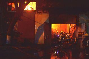 Під час гасіння вогню на СТО в Одесі на пожежників упав дах. Подробиці трагедії