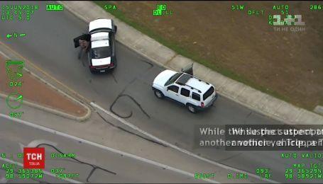 У США копи відібрали в жінки дитину, з якою вона на авто тікала від поліції