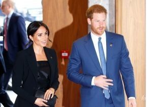 В костюме и на шпильках: герцогиня Сассекская Меган с принцем Гарри посетили благотворительное мероприятие
