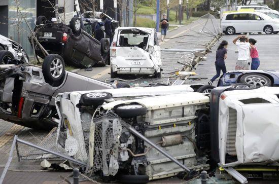 Хаос та людські жертви. У Японії потужний тайфун перекидає авто, зриває дахи та валить дерева