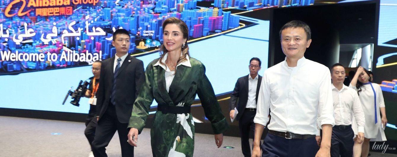В плаще с изображением лебедей: королева Рания в стильном образе прибыла в Китай