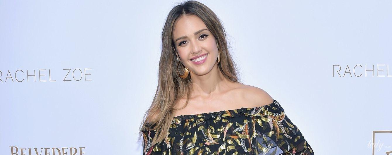 В ефектній сукні з оголеними плечима: Джессіка Альба сходила на показ мод
