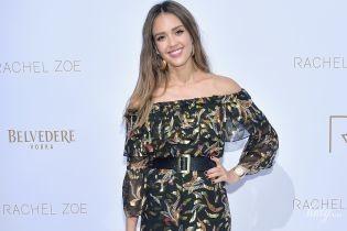 В эффектном платье с обнаженными плечами: Джессика Альба сходила на показ мод