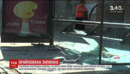 В Харькове троллейбус въехал в остановку с людьми. Есть пострадавшие