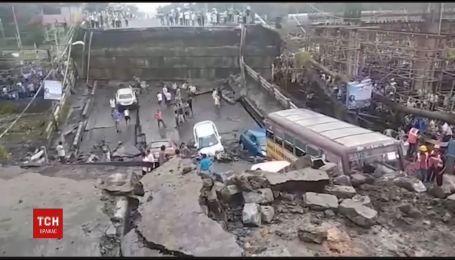 На востоке Индии десятки машин провалились на мосту