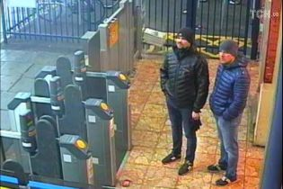 """Британська поліція опублікувала нові відео з """"отруйниками Скрипалів"""" і фото флакона з """"Новачком"""""""