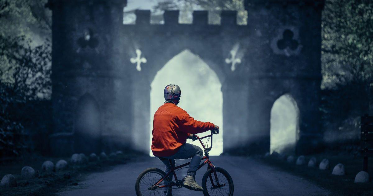 Велосипедист делал трюки в местах, где снимали культовый сериал @ Red Bull Content Pool