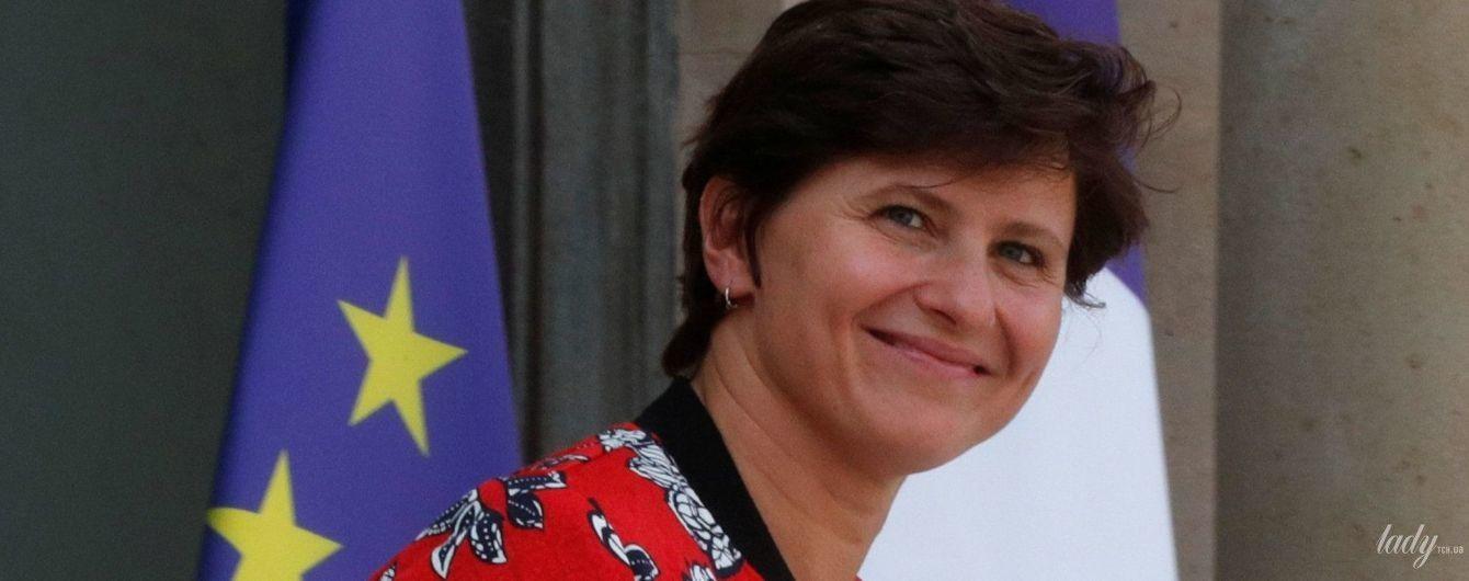 В яркой куртке с цветочным принтом и блузке с кружевом: министр спорта Франции на работе