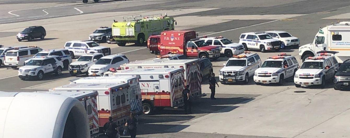 В Нью-Йорке самолет с сотнями людей поместили на карантин из-за вспышки неизвестной инфекции на борту