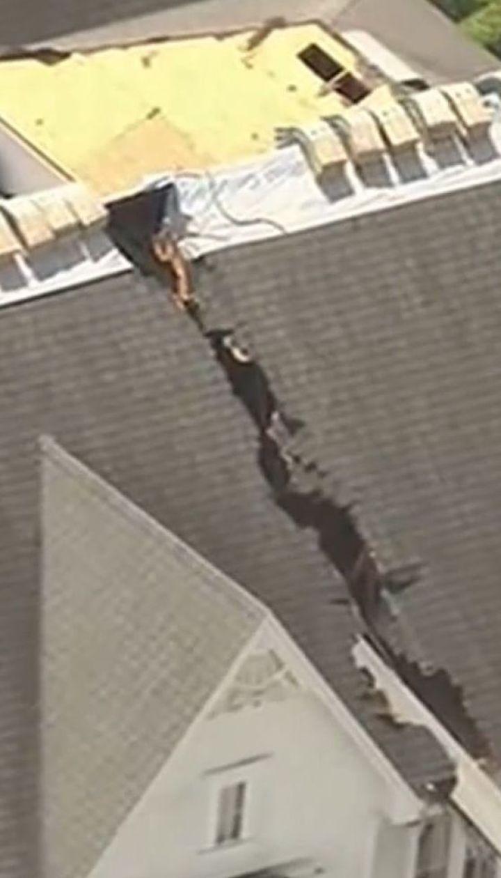 """У Флориді автомобільний кран упав на будинок, """"розрізавши"""" дах навпіл"""