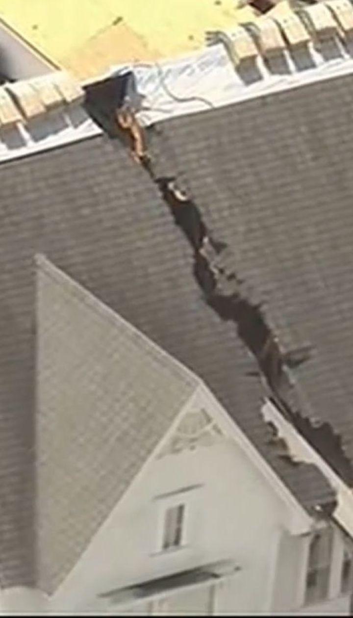 """Во Флориде автомобильный кран упал на дом, """"разрезав"""" крышу пополам"""