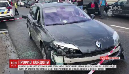 Иностранец на авто хотел прорваться через украинскую границу и снес шлагбаумы