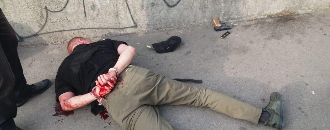 У Києві в годину пік у тролейбусі чоловік відкрив стрілянину з пістолета
