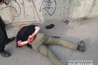 В Киеве в час пик в троллейбусе мужчина открыл стрельбу из пистолета