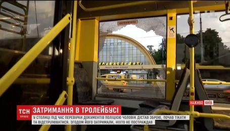 Мужчина открыл стрельбу в столичном троллейбусе