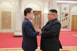 Усмішки і рукостискання: південнокорейські посли зустрілися з Кім Чен Ином