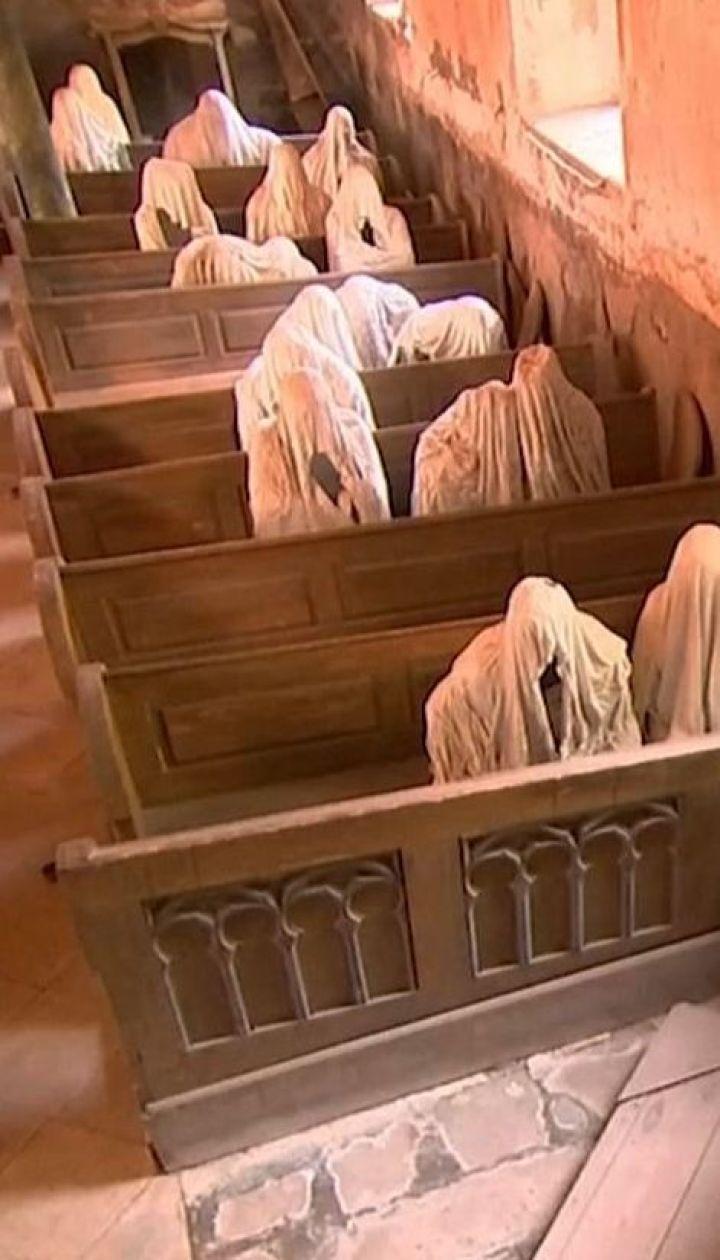 У Чехії туристи відвідують стародавню церкву, яку митці населили духами