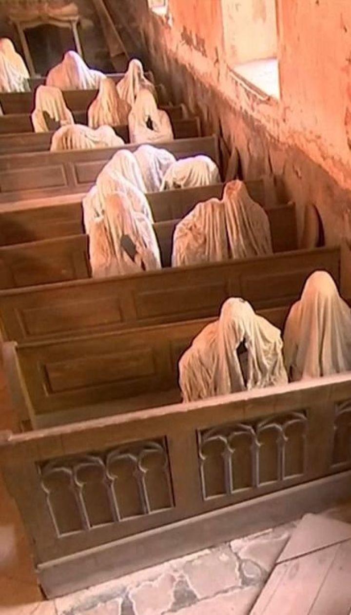 В Чехии туристы посещают древнюю церковь, которую художники населили духами