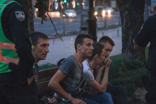 У центрі Києва група підлітків напала з ножами на представника ЛГБТ: хлопця забрала швидка