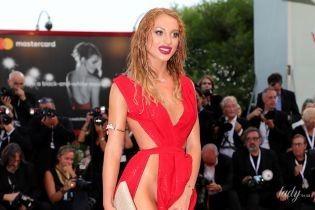 Очень откровенно: гостья Венецианского кинофестиваля вышла на красную дорожку без трусов