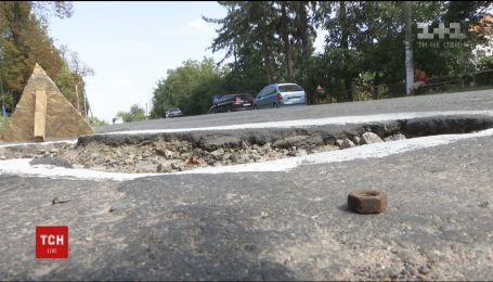В Винницкой области селяне разрисовали выбоины, чтобы предупредить водителей об опасной дороге