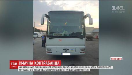 Водитель туристического автобуса спрятал под обшивкой потолка 400 килограммов контрабандного сыра