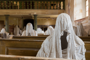 """У Чехії костел перетворили на зловісну арт-локацію з """"духами"""""""