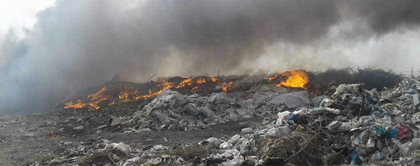 У Павлограді масштабно палає сміттєзвалище