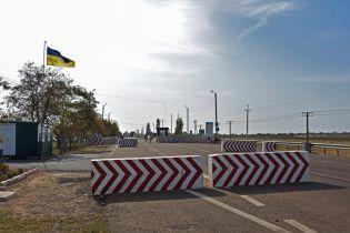 Украина закрыла два из трех КПВВ на границе с Крымом из-за экологической катастрофы