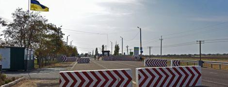 """На Донбасі """"замінували"""" пункт пропуску """"Майорське"""". Пропуск людей призупинено"""