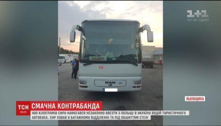 Водитель туристического автобуса пытался ввезти в Украину 400 килограммов контрабандного сыра