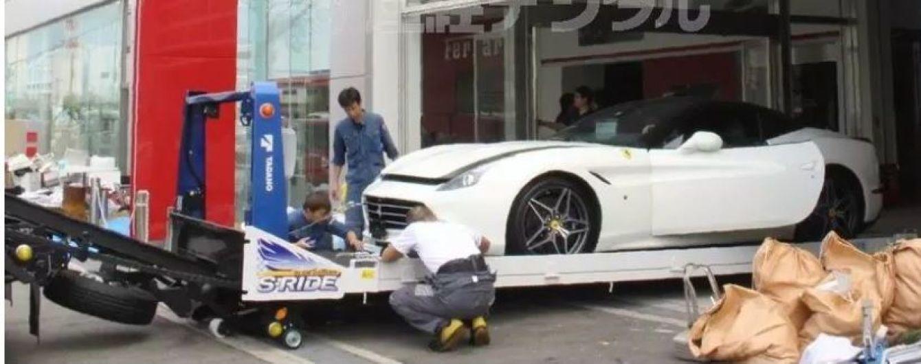 В Японії стихія перетворила Ferrari на підводні човни