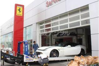 В Японии стихия превратила Ferrari в подводные лодки