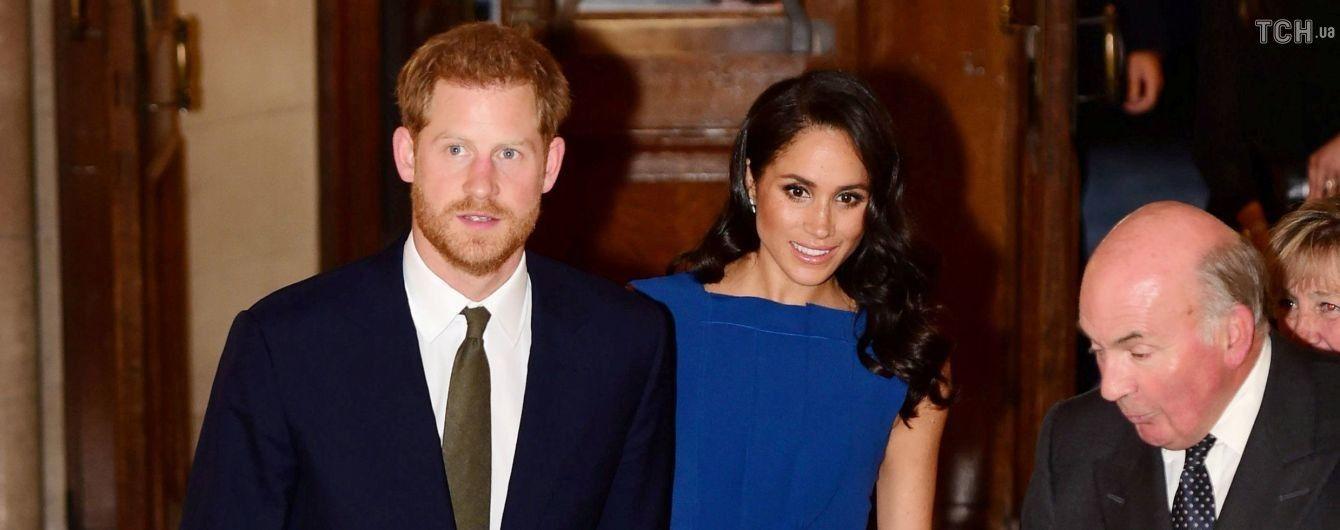На зміну чорному: Меган у яскравій синій сукні разом з принцем Гаррі відвідала благодійний концерт
