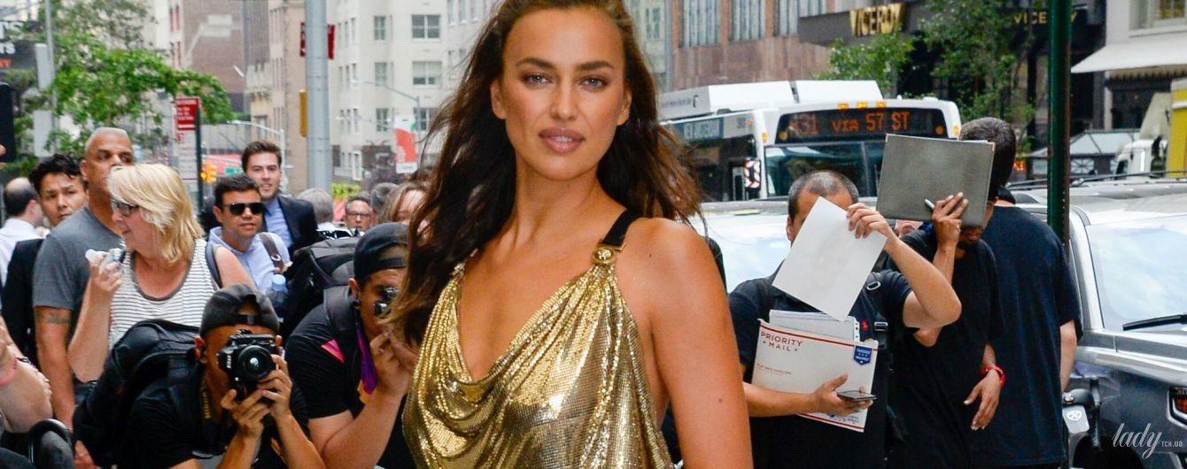 У легендарній золотій сукні від Versace: Ірина Шейк блиснула стрункими ногами